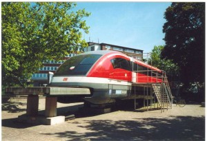 Das Modell des Transrapid 07 in den Metrorapidfarben vor der Messe in Essen. Quelle: http://de.wikipedia.org/wiki/Metrorapid